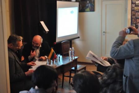 Steponas Deveikis šnekučiuojasi su Karolina Masiulyte-Paliuliene ir Romualdu Ramanausku