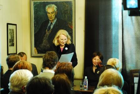 Karolina Masiulytė-Paliulienė skaito R. Andre prancūzų kalba rašytą laišką