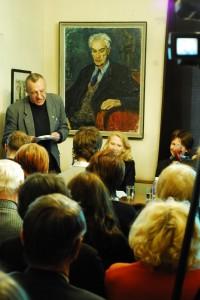 Romualdas Ramanauskas skaito laiško vertimą lietuvių kalba